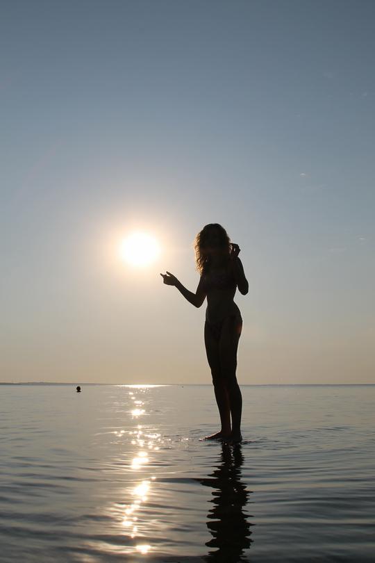 девушка и солнце